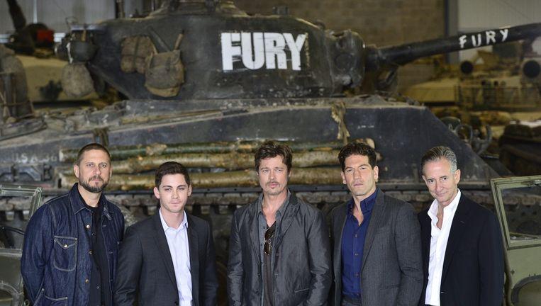 Regisseur David Ayer, acteurs Logan Lerman, Brad Pitt, John Bernthal en producent Bill Block poseren tijdens een fotosessie voor de oorlogsfilm 'Fury'. 'We vinden grote verschillen tussen mannen en vrouwen in interesse om naar oorlogsfilms te kijken', schrijft Mark van Vugt. Beeld epa