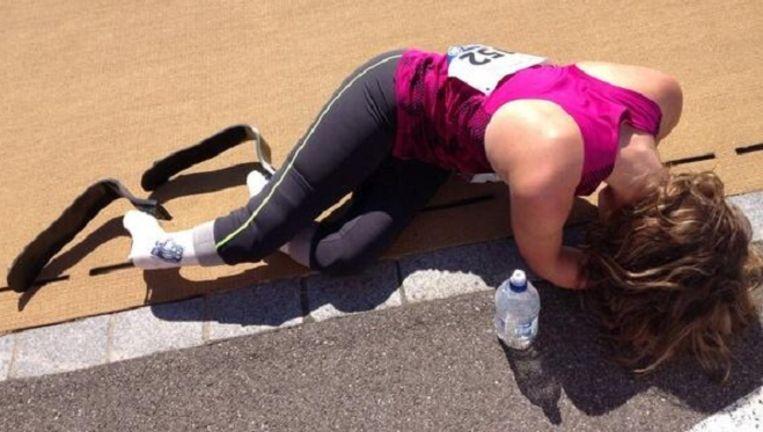 Marlou Van Rhijn was compleet uitgeput na de finish.