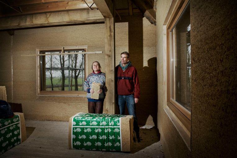 Jan en Ester in hun huis bij Oudega dat eind dit jaar af moet zijn. Beeld Reyer Boxem