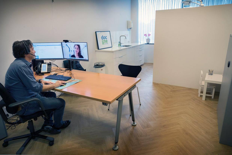 Pieter Kersemakers van DocLine in Utrecht, de eerste Nederlandse huisartsenpraktijk die 'digital first' werkt.