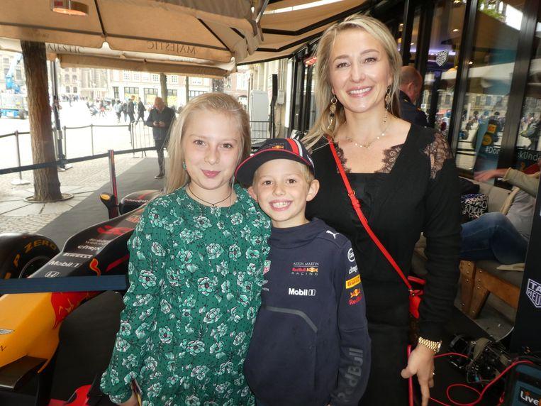 Moeder Nicolina Papenburg met Ana en Tom. Moeder: