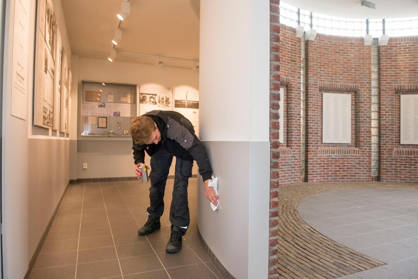 De Gedachtenisruimte aan de Dorpsstraat in Putten  wordt opgeknapt, in voorbereiding op de 75e herdenking van de razzia en de komst van prinses Beatrix.