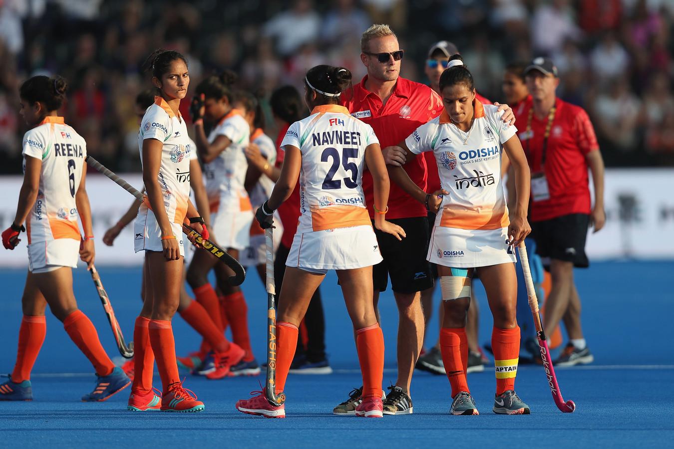 Sjoerd Marijne troost de speelsters van India na de nederlaag tegen Ierland.