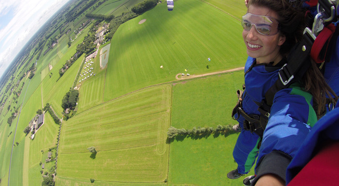 Ellen van der Venne tijdens haar parachutesprong.