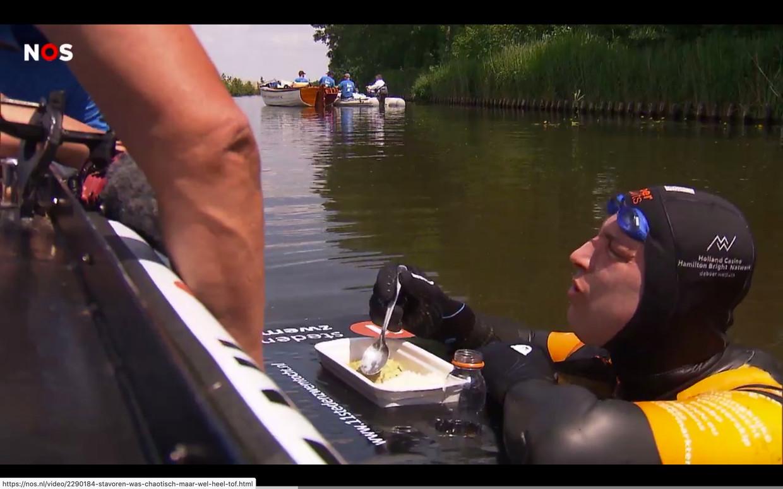 Maarten van der Weijden eet een bord pasta. Beeld *