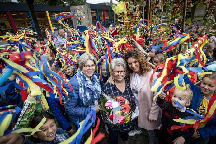 Juf Margreet Venema stopt na 43 jaar bij OBS Park Stokhorst. Op de foto v.l.n.r. Jolanda Comello, Margreet Venema en Nancy Robers.