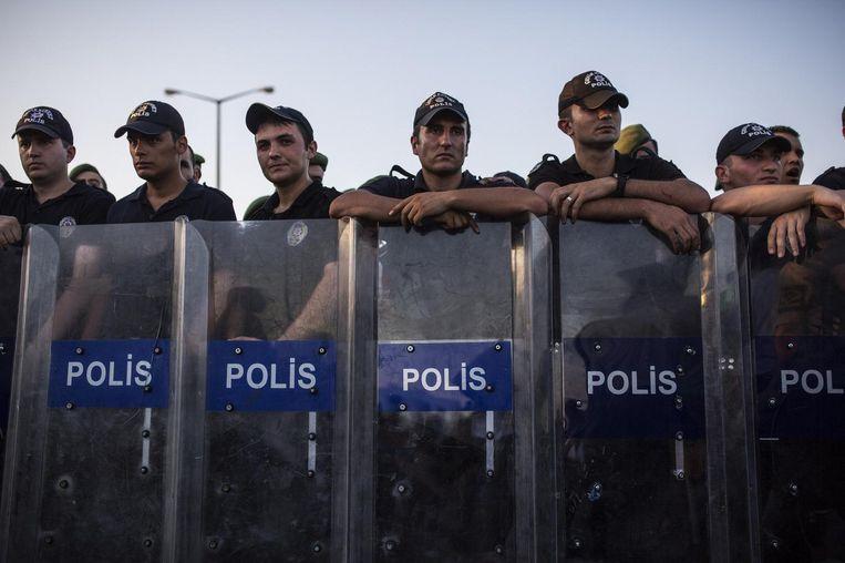 Turkse agenten tijdens een protest van Syrische vluchtelingen aan de grens met Syrië. Beeld Alessio Mamo
