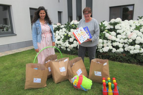 Lisa Karimjee van het Huis van het Kind/OCMW Pittem en schepen van Sociale Zaken Annick Debonné met enkele pakketten.