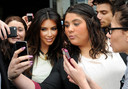 Kim Kardashian maakt een selfie met wat fans.