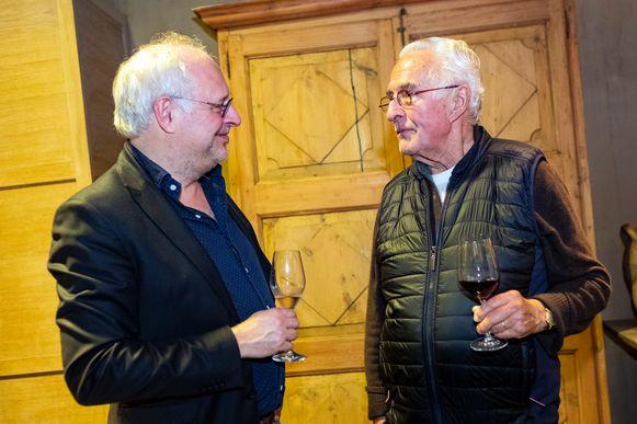 Roger Souvereyns ontvangt en entertaint de gasten tijdens z'n verjaardagsfeestje. Hier met culinair expert Willem Asaert.