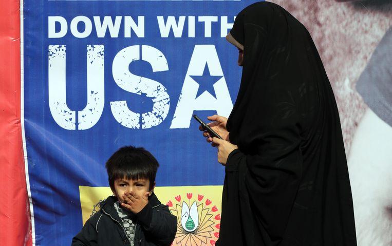 Een Iraanse moeder en kind bij een anti-VS-demonstratie op 4 november in Teheran, Iran. Beeld EPA