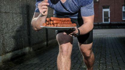 Hij eet 14 curryworsten in 15 minuten én loopt marathons op de Mont Blanc: vreetkampioen, en tóch een sixpack