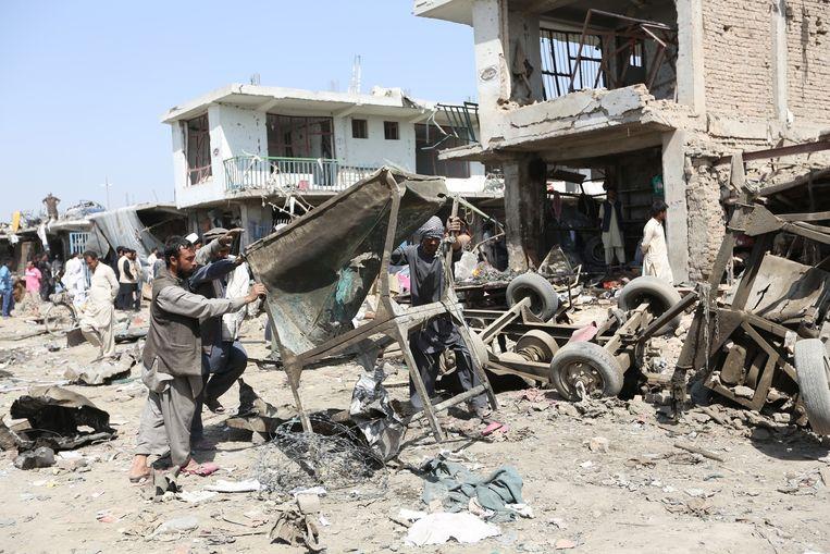 De schade na de aanslagen van gisteren in Kabul is enorm.