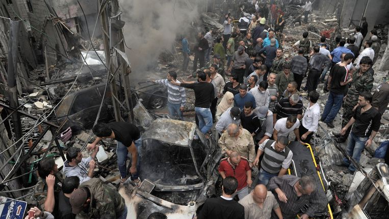 Chaos na een explosie in Mazzah, een buitenwijk in Damascus. Beeld AFP