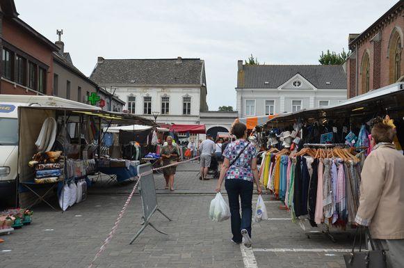 De heropstart van de markt in Haaltert gebeurde onder strikte maatregelen. Zo moesten de bezoekers één looprichting volgen en werd de oppervlakte van de markt uitgebreid om genoeg afstand tussen de kramen te kunnen voorzien.
