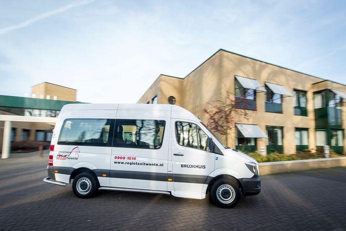 Een taxibus van Brookhuis haalt ouderen op in Oldenzaal.