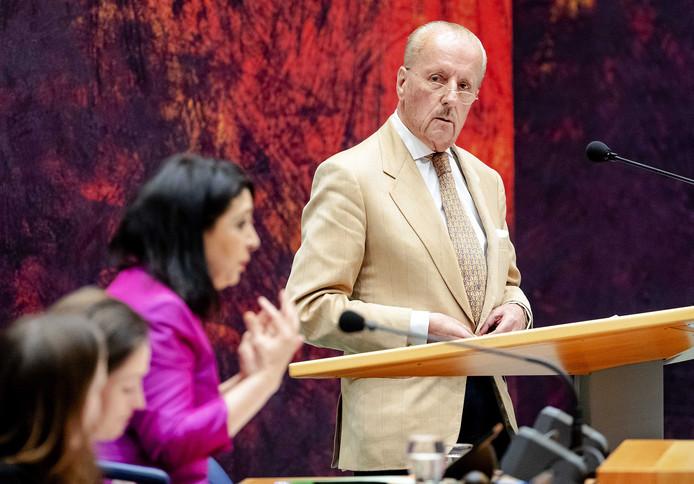 Theo Hiddema (FvD) wordt op zijn vingers getikt door Kamervoorzitter Khadija Arib tijdens het debat in de Tweede Kamer over de moord op Anne Faber