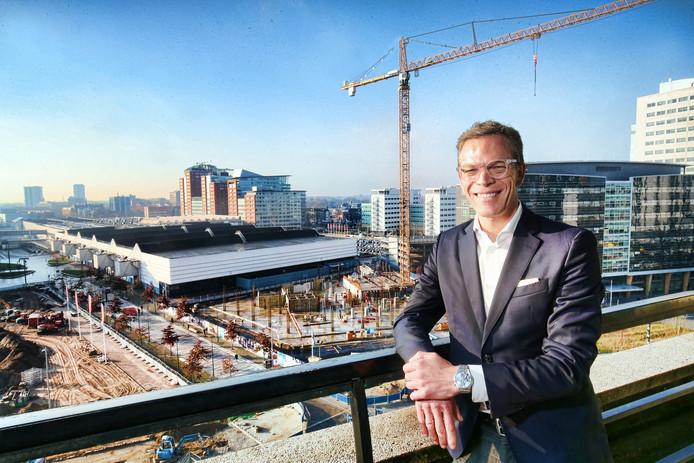 Directeur van de Jaarbeurs Albert van Arp op de 6e verdieping van het Beatrixgebouw, uitkijkend op het Jaarbeurscomplex dat een metamorfose moet ondergaan.