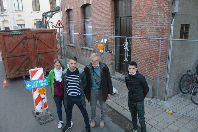Claude en het inwonend Roemeens gezin staan op straat nadat hun huis onbewoonbaar werd verklaard.