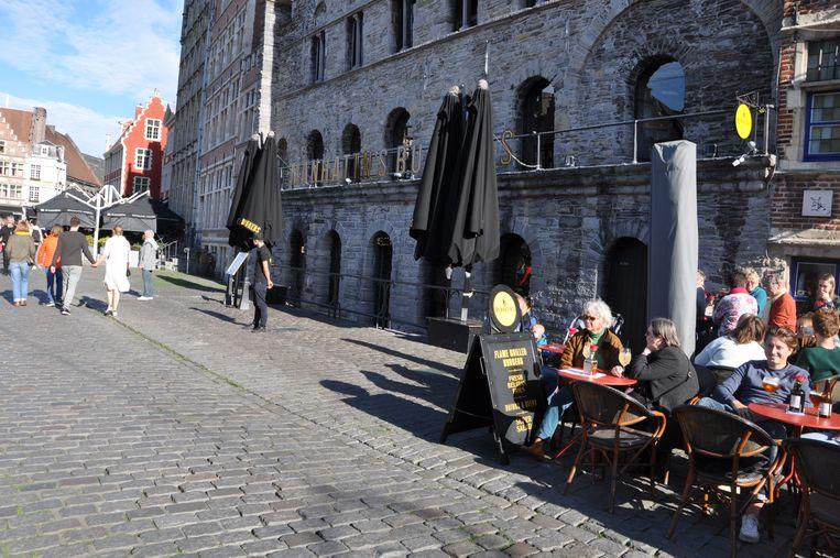 Door het mooie weer zitten de terrassen op de Graslei vol, behalve bij Manhattn's.