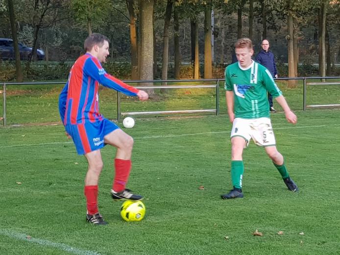 Invaller Mark Wit (links) aan de bal namens Heijen.