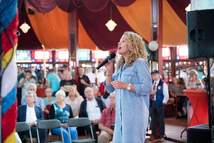 Zangeres Kaylle zingt Het Dorp van Wim Sonneveld tijdens de Michaëldag in de spiegeltent op de kermis in Gestel van 2016.