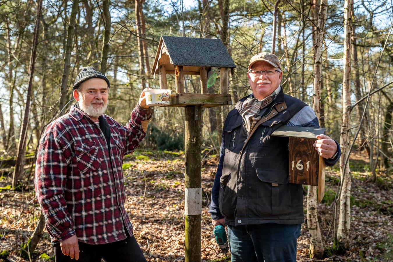 Theo Jeukens (links) en Piet van der Zanden voeren in de Lieropse natuur vogels en zorgen voor vogelhuisjes om zo de processierups te bestrijden zonder gif.