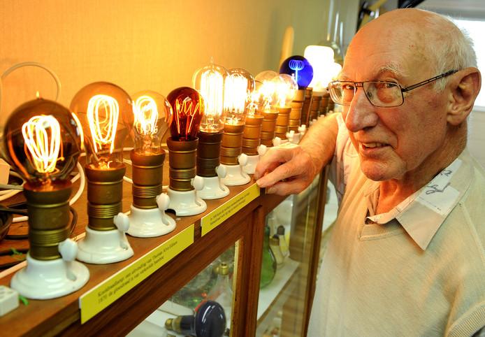 Archieffoto: Henk de Groot laat oude gloeilampen zien in het Radio Museum in Hengelo.