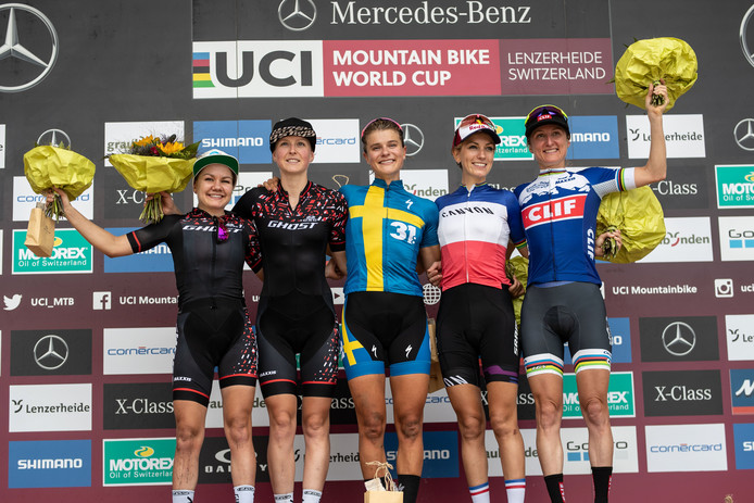 Anne Terpstra (tweede van links) op het podium in Zwitserland. In het midden winnares Jenny Rissveds uit Zweden.