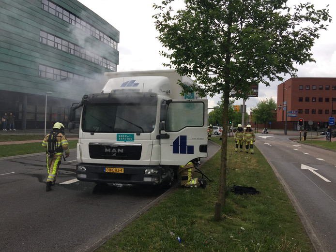 Een vrachtwagen vloog rond 11.30 in brand tijdens het rijden op de Mr. H.F. De Boerlaan in Deventer.