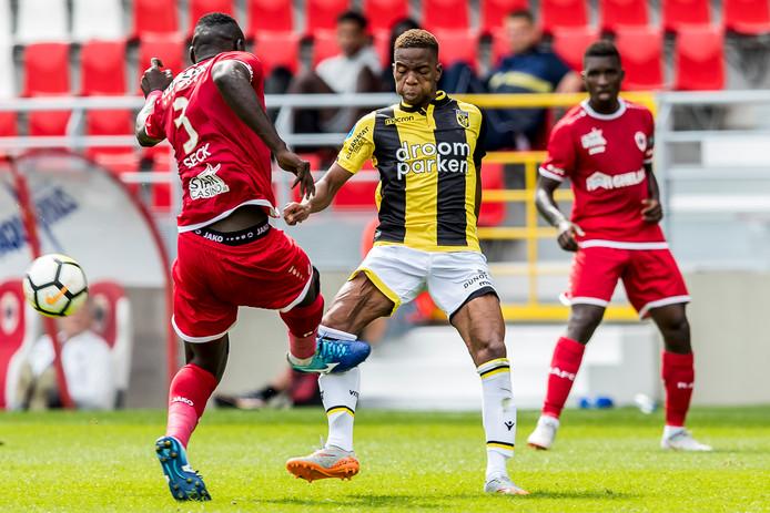 Het moment van de blessure. Abdoulaye Seck van Antwerp raakt Vitessenaar Charly Musonda vol op zijn scheenbeen.
