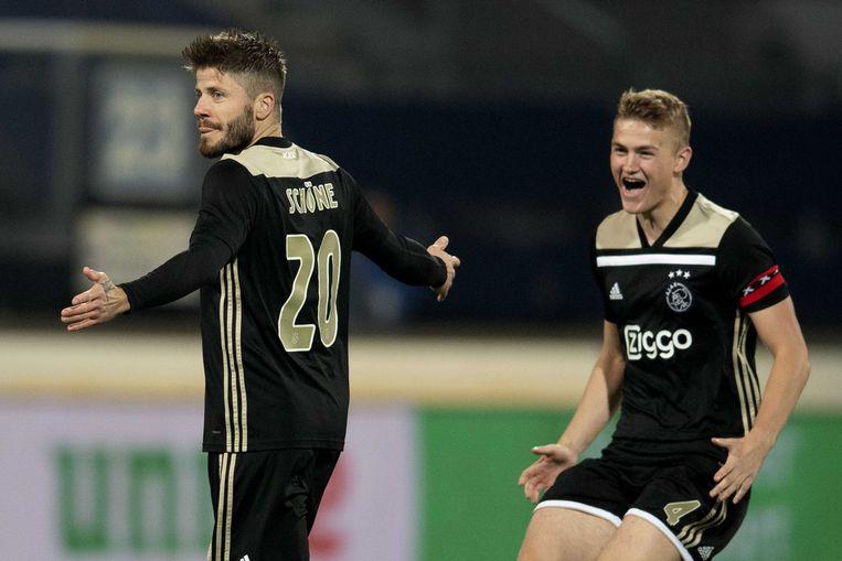 Aanvoerder Matthijs  de Ligt is op weg naar Schöne, die Ajax al vroeg in de wedstrijd op 0-1 heeft gezet. Beeld EPA