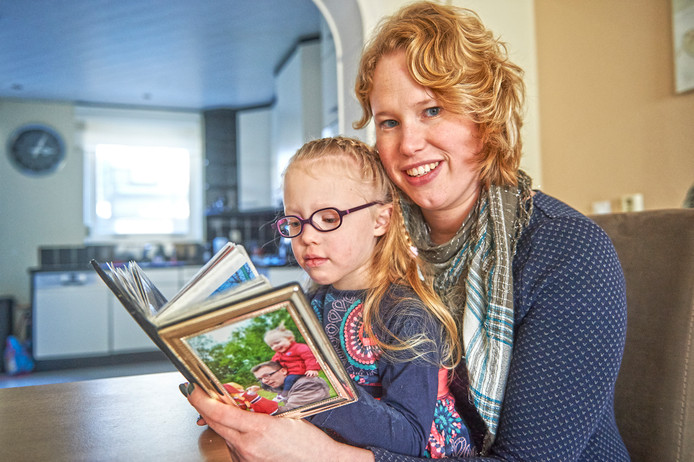 Sandy van Rossum uit Oss met haar dochtertje Eva. Haar man Maarten overleed aan jonge dementie.