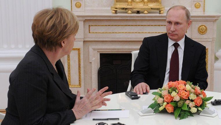 De Duitse bondskanselier Angela Merkel in gesprek met de Russische president Vladimir Poetin (rechts). Beeld epa