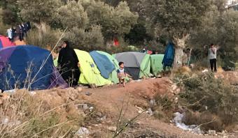 Vluchtelingen op Samos: vieze toiletten, slangen en een tentje tegen de helling