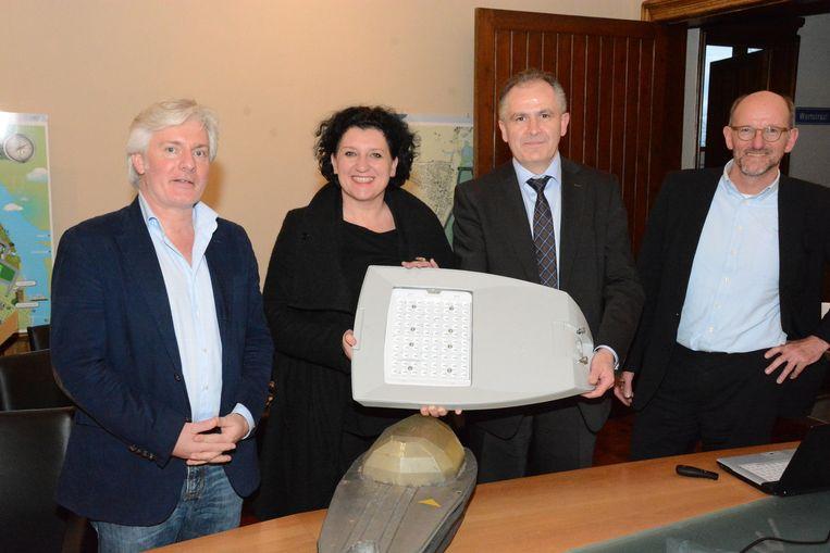 Minister Annemie Turtelboom vervangt symbolisch de eerste straatlamp door een energiezuinige ledlamp.
