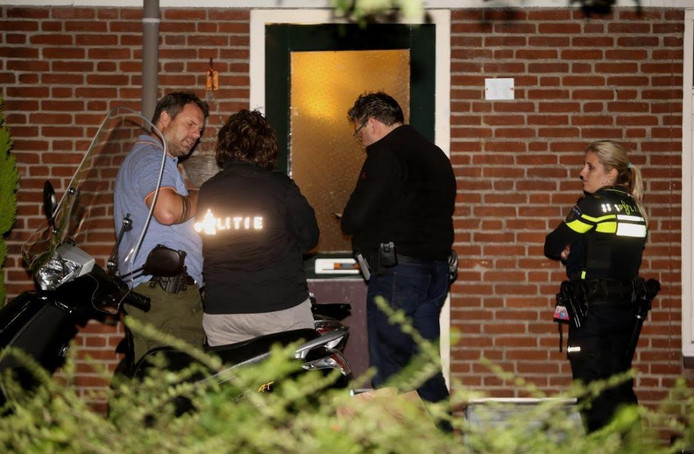 De politie aan het werk bij het huis waar het incident plaatsvond.