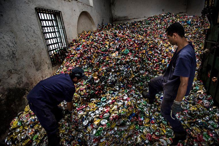 In São Paolo wordt blik gerecycled in familiebedrijf Master. Ze verwerken zo'n dertig ton per maand.  Beeld Kadir van Lohuizen