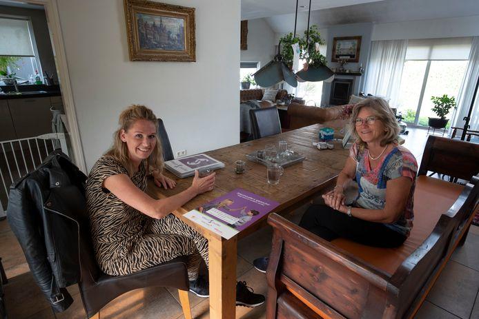 Sanne van Tesselaar (links) op bezoek bij steunouder Henriette Timmer.