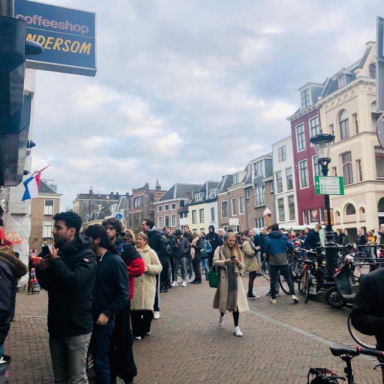 Een rij bij coffeeshop Andersom in Utrecht. Beeld Margriet Oostveen