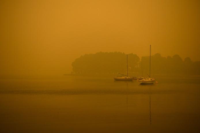 Boten op het Burley Griffin-meer zijn nauwelijks te zien door de rook.