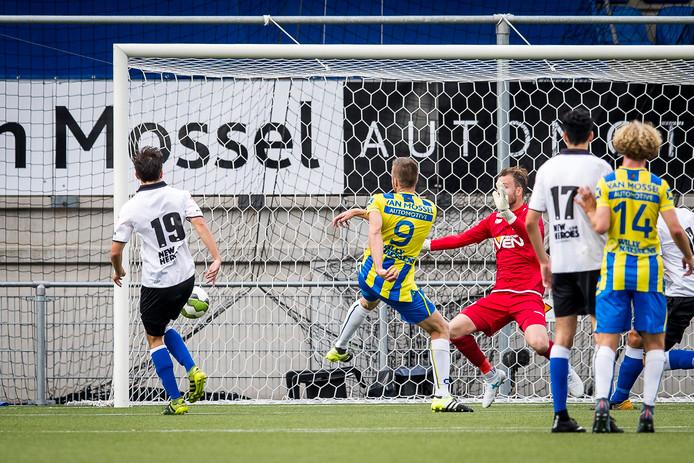 RKC-speler Johan Voskamp mist een vroege kans op de gelijkmaker.