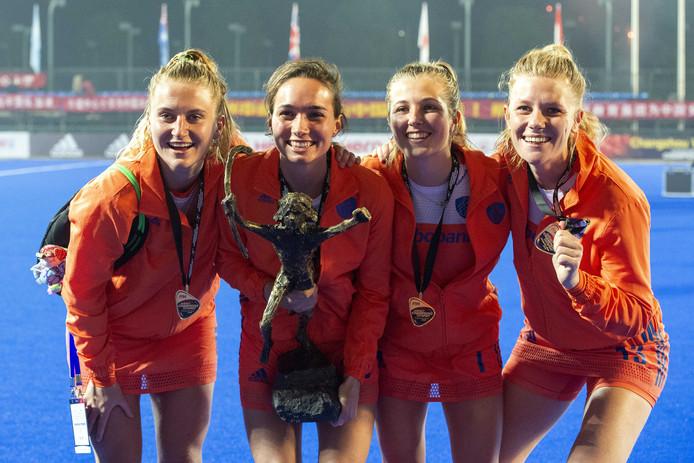 De Nederlandse hockeysters Laurien Leurink, Ginella Zerbo, Xan de Waard en Caia van Maasakker vieren feest. Ze hebben de 23e en laatste editie van de Champions Trophy hockey glansrijk gewonnen.