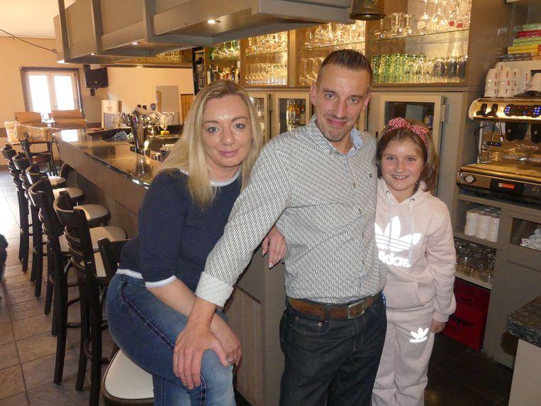 Wesley, Sabine en Wesleys dochter Yelthe zijn klaar voor de grote opening van café De Coupee.