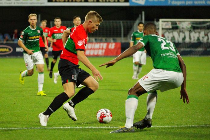 Zian Flemming (links) passeert Noah Lewis van FC Dordrecht.