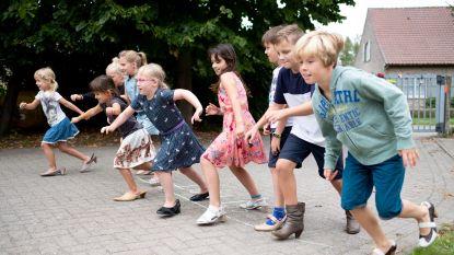 Leerlingen doen race op hoge hakken op eerste schooldag