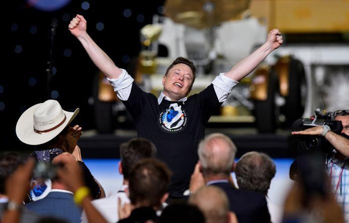 """Le fondateur de la société SpaceX, Elon Musk, s'est dit """"submergé par l'émotion"""" samedi après le lancement réussi et la mise en orbite de la capsule Crew Dragon."""