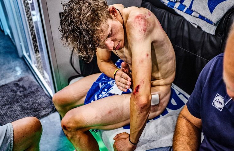 Bob Jungels na de Tourrit met aankomst in Roubaix. Als Jungels later deze foto op Instagram plaatst, krijgt hij daarvoor bijna net zoveel likes als voor de foto van zijn overwinning in Luik-Bastenaken-Luik. Dat zegt meteen veel over het wielrennen. Koersliefhebbers houden van winnaars, maar ze bewonderen ook de doorzetters. Bij de koers hoort tragiek.