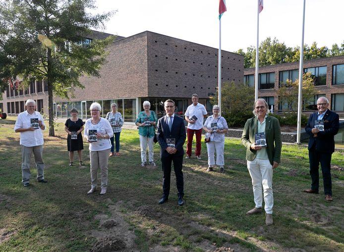 Overhandiging van het boek 'Op de koop toe, 50 jaar ondernemen in Lieshout en Mariahout' aan de burgemeester.