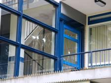 Man met hamer gaat schreeuwend tekeer in Rotterdamse flat, slaat op ramen en vertrekt